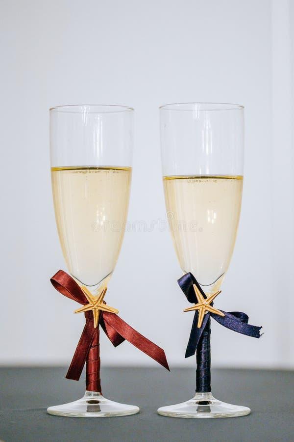 Los vidrios de Champán para el novio y la novia, pares emparejan diseño, estrellas de mar y la cinta fotografía de archivo libre de regalías