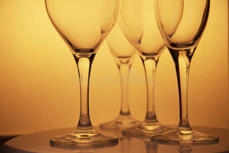 Los vidrios de lujo de consumición del champán del vino del oro en la mesa de comedor de la comida celebran y van de fiesta el fo imagenes de archivo