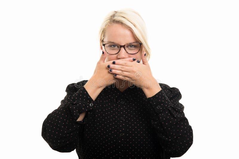 Los vidrios que llevan rubios del profesor de sexo femenino que cubren la boca les gusta g mudo foto de archivo