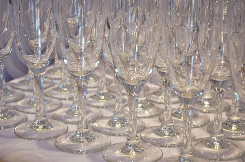 Los vidrios vacíos para el vino o el champán están en la tabla, vista lateral foto de archivo