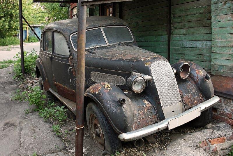 Los viejos años 30 del coche viven hacia fuera el resto de vida en la yarda foto de archivo libre de regalías