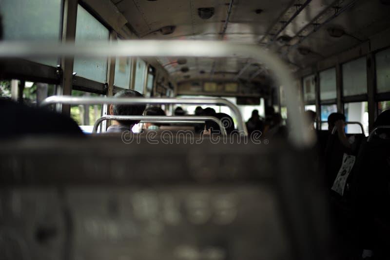 Los viejos pares preciosos se sientan en el autobús público foto de archivo