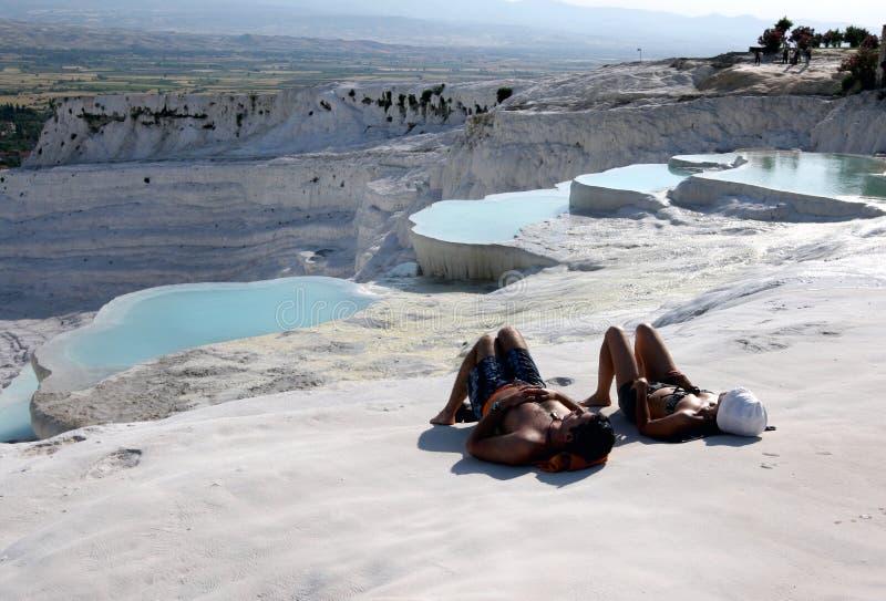 Los visitantes al castillo del algodón en Pamukkale en Turquía se relajan en los travertinos fotografía de archivo libre de regalías