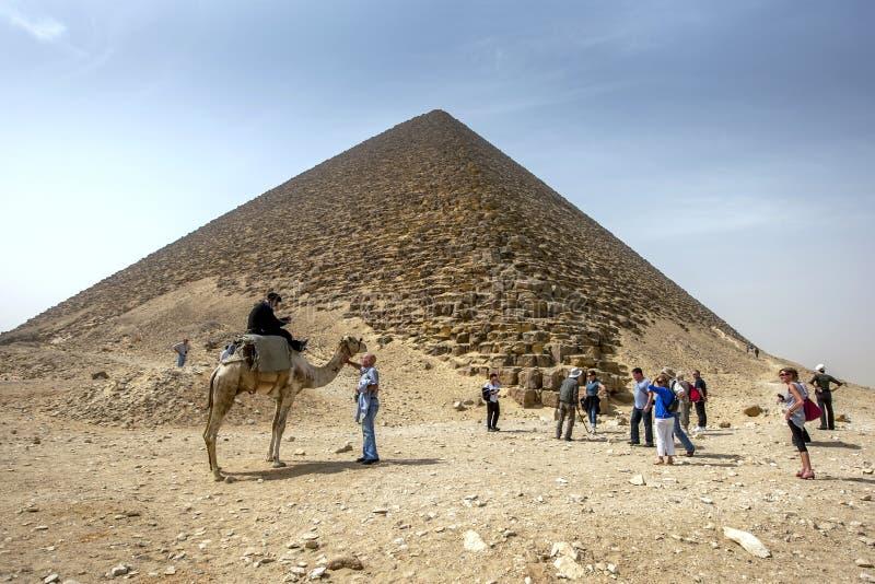 Los visitantes a Dahshur en Egipto septentrional se colocan al lado de la pirámide roja imagen de archivo