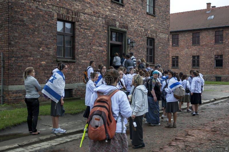 Los visitantes israelíes al Auschwitz-Birkenau indican el museo cerca de Oswiecim en Polonia imagenes de archivo