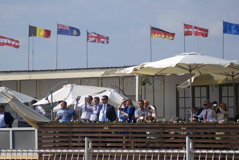 Los visitantes miran el airshow Salón aeroespacial internacional de MAKS fotografía de archivo