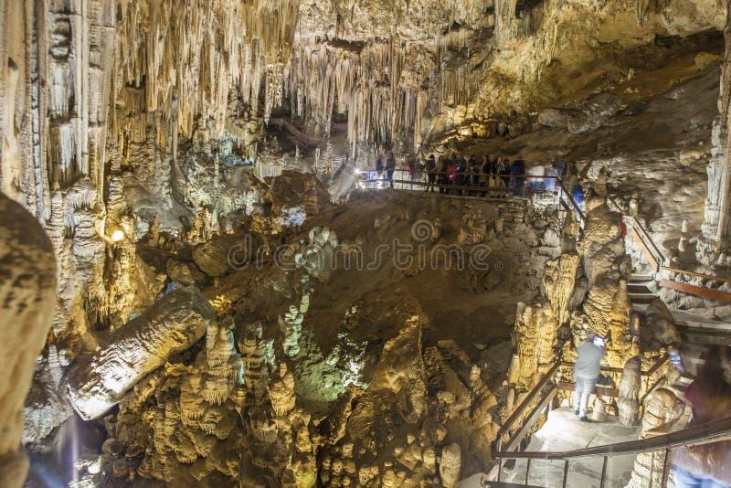 Los visitantes no identificados en Nerja magnífica excavan, España fotografía de archivo