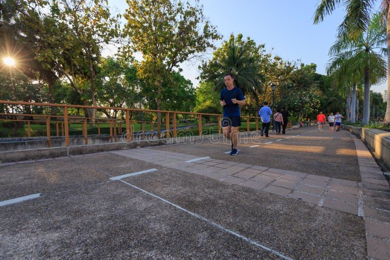 Los visitantes no identificados están corriendo en el parque de Benjakitti en Bangkok imágenes de archivo libres de regalías