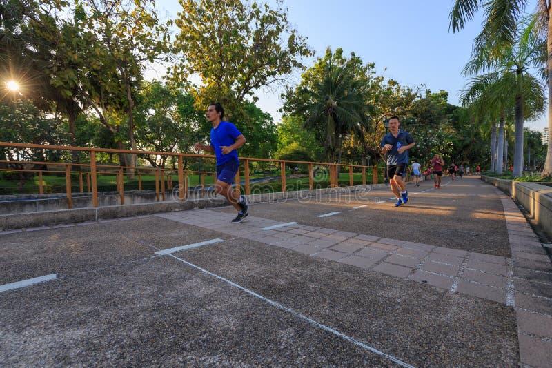 Los visitantes no identificados están corriendo en el parque de Benjakitti en Bangkok foto de archivo libre de regalías