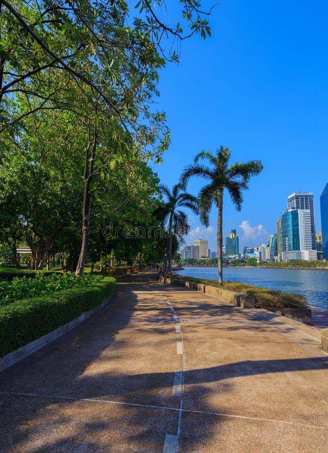Los visitantes no identificados están corriendo en el parque de Benjakitti en Bangkok fotografía de archivo libre de regalías