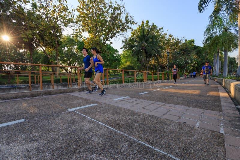 Los visitantes no identificados están corriendo en el parque de Benjakitti en Bangkok imagen de archivo