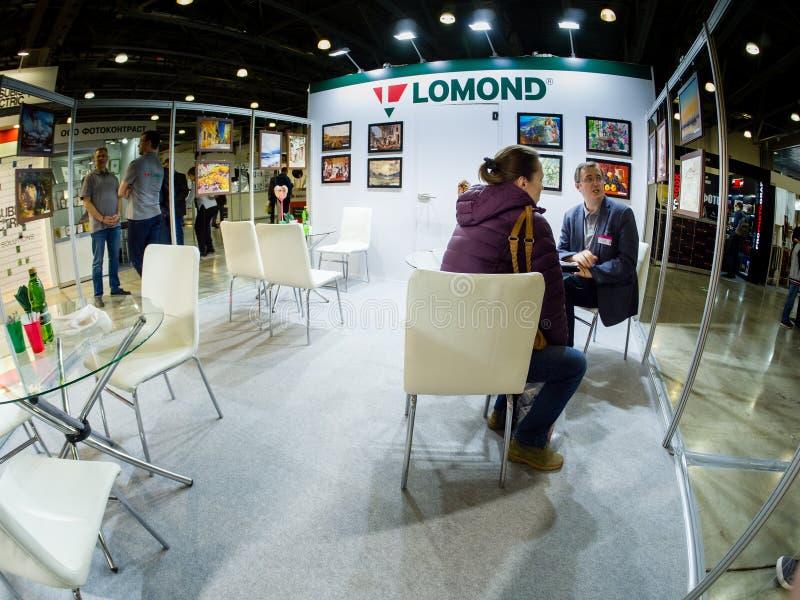 Los visitantes no identificados tienen una charla en la cabina de la compañía de Lomond imagen de archivo libre de regalías