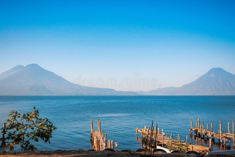 Los volcanes ven en el lago Atitlan fotos de archivo libres de regalías