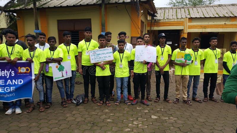 Los voluntarios del estudiante universitario promueven la plantación del árbol fotografía de archivo