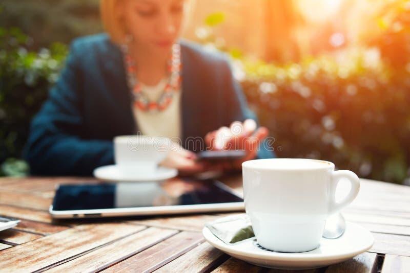 Los vumen jovenes elegantes del negocio desayunan en el hotel costoso de moda del balcón imagen de archivo libre de regalías