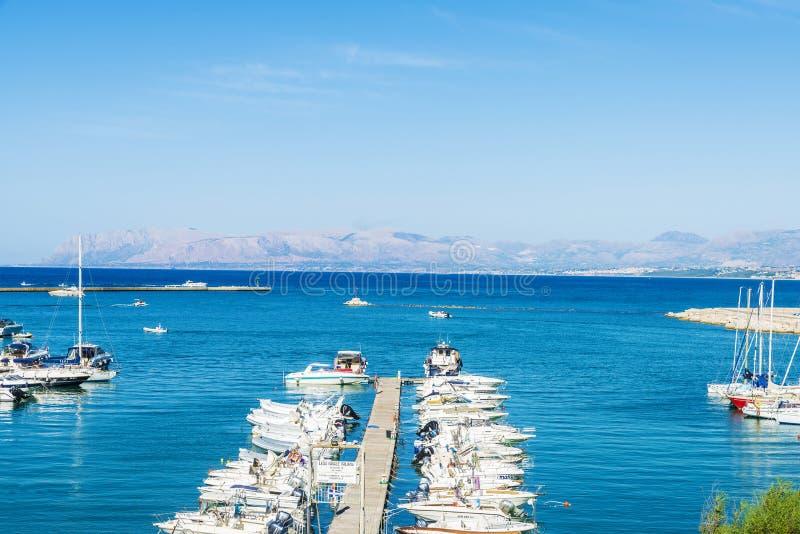 Los yates, los barcos y los veleros atracaron en el puerto deportivo en Sicilia, Ital foto de archivo
