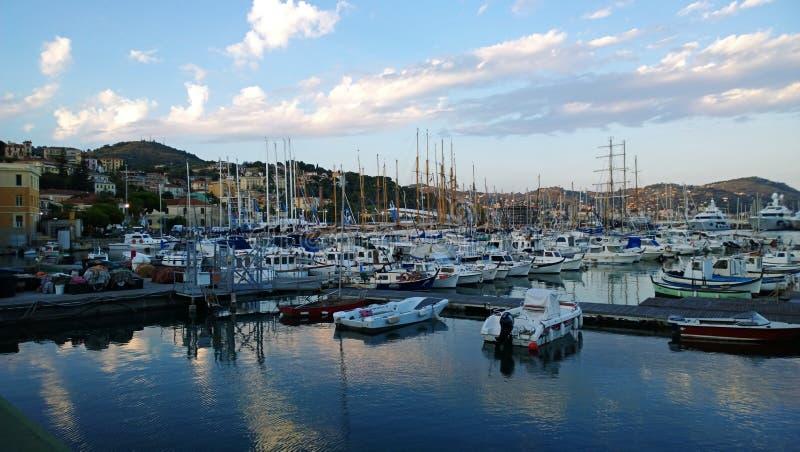 Los yates en el puerto por la tarde foto de archivo libre de regalías