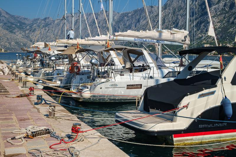 Los yates y los barcos de motor se amarran en el embarcadero en la costa fotos de archivo libres de regalías