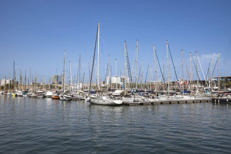 Los yates y los veleros amarraron en el puerto Vell de Barcelona imagenes de archivo