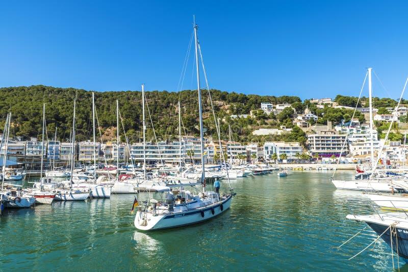 Los yates y los veleros atracaron en el puerto deportivo, España imágenes de archivo libres de regalías