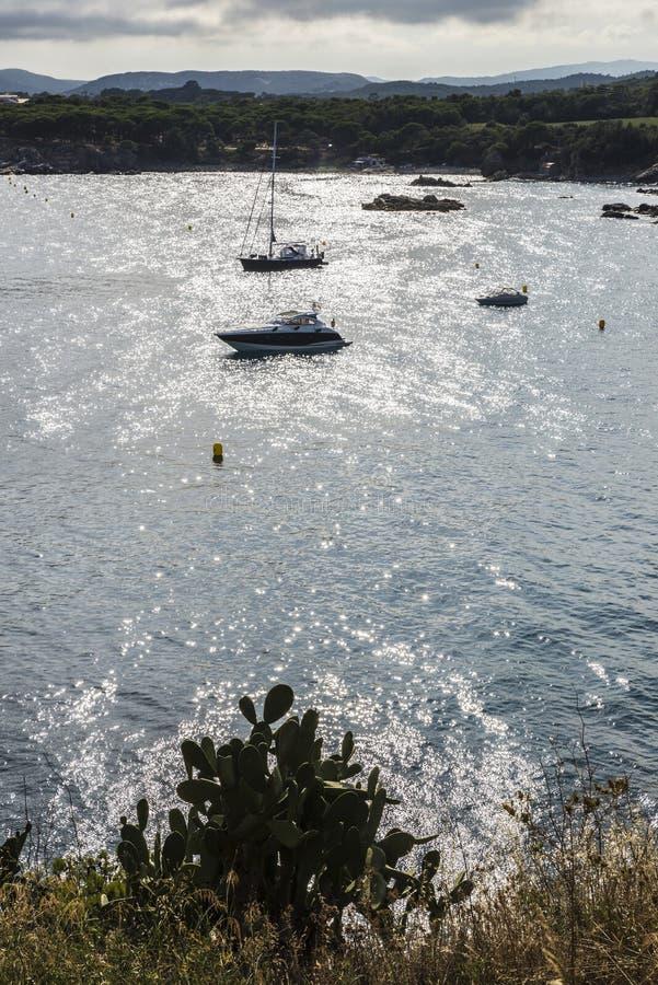 Los yates y los veleros amarraron en Costa Brava, Cataluña, España imagen de archivo