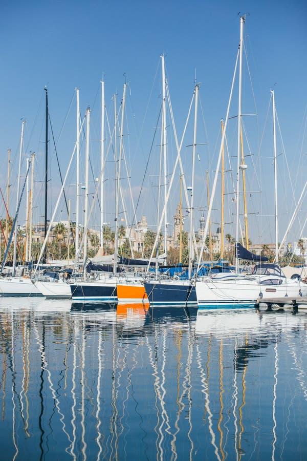 Los yates y los veleros atracaron en el puerto deportivo, Barcelona foto de archivo libre de regalías