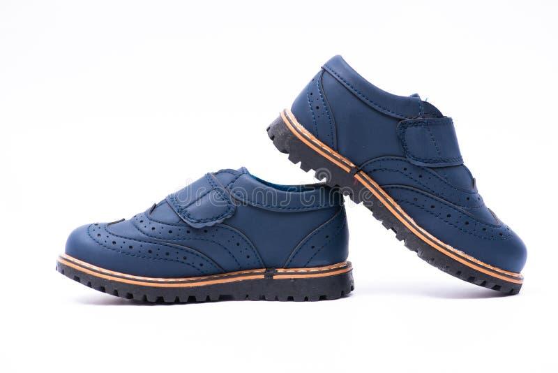 Los zapatos de bebé azul aislados en el fondo blanco fotografía de archivo