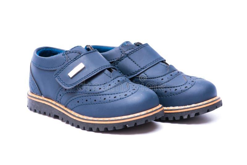 Los zapatos de bebé azul aislados en el fondo blanco imágenes de archivo libres de regalías