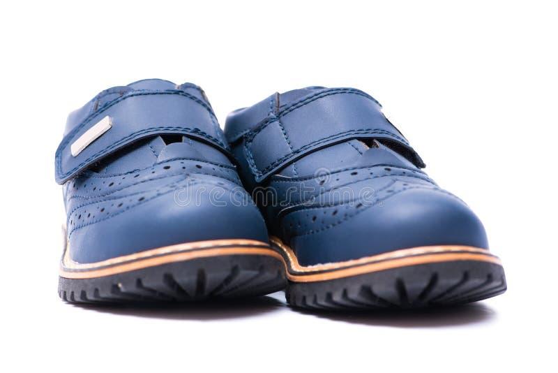 Los zapatos de bebé azul aislados en el fondo blanco imagen de archivo