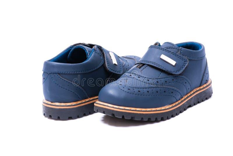 Los zapatos de bebé azul aislados en el fondo blanco fotos de archivo