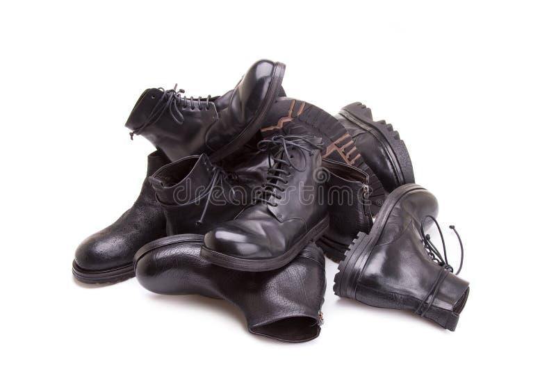 Los zapatos de los hombres se apilan en una pila foto de archivo libre de regalías