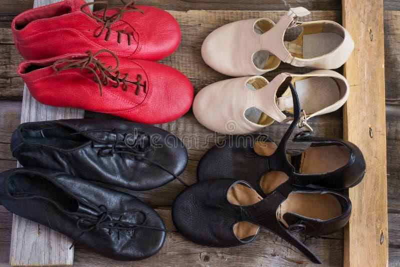 Los zapatos de Jazz Dance son pares coloreados, visión superior foto de archivo