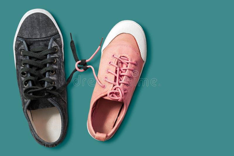 Los zapatos de los pares aislaron foto de archivo