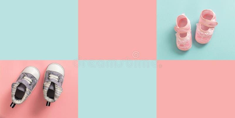 Los zapatos del bebé y de la muchacha en pastel colorearon el fondo imagenes de archivo