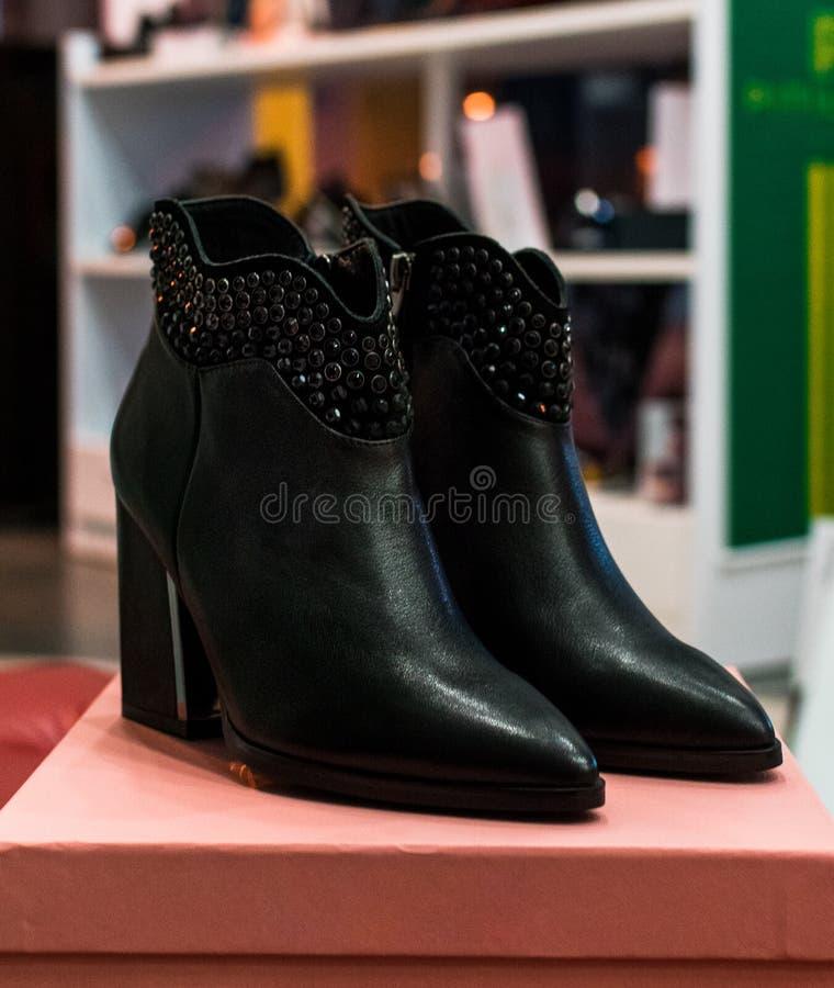 Los zapatos elegantes y la disposici?n en una ropa hacen compras foto de archivo libre de regalías