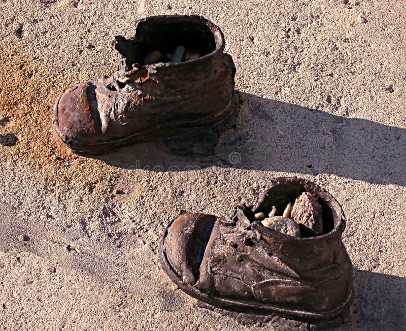 Los zapatos en el banco de Danubio, hierro de los niños calzan el monumento a judío fotografía de archivo libre de regalías