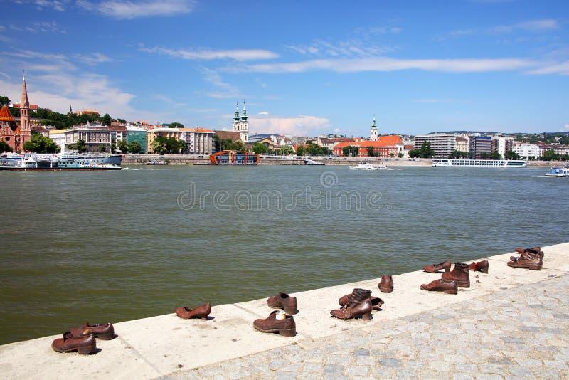 Los zapatos en el banco de Danubio son un monumento en Budapest, en la orilla oriental del río Danubio foto de archivo