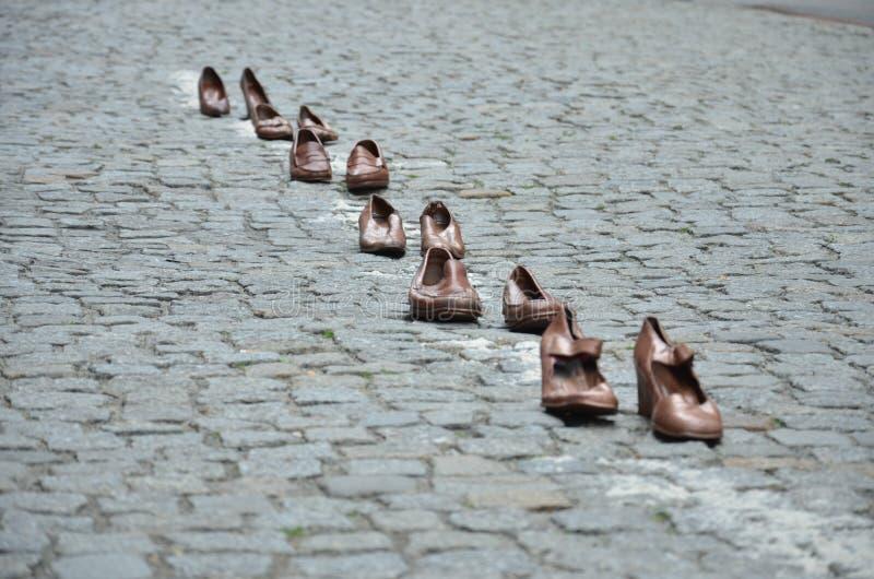 Los zapatos fijaron en fila en la calle imágenes de archivo libres de regalías