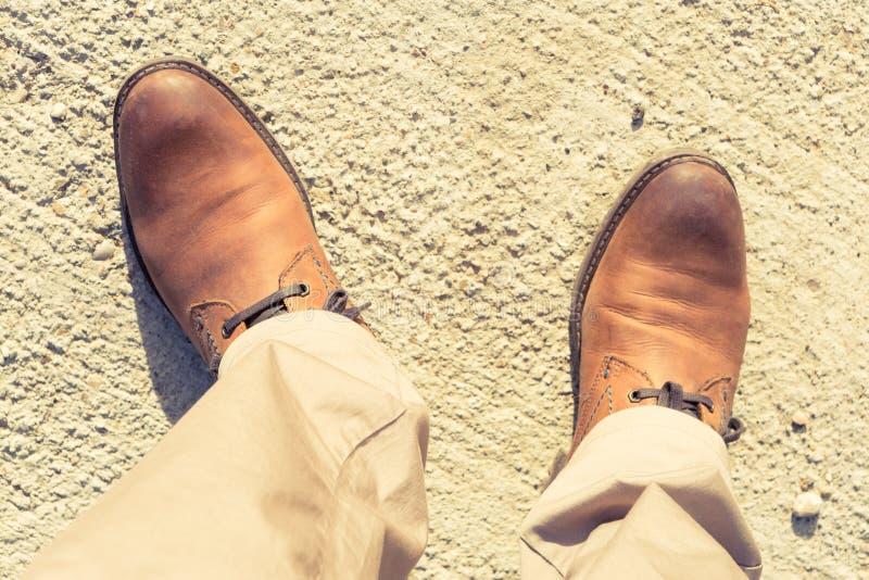 Los zapatos masculinos del cuero auténtico de Brown como otoño forman concepto fotografía de archivo