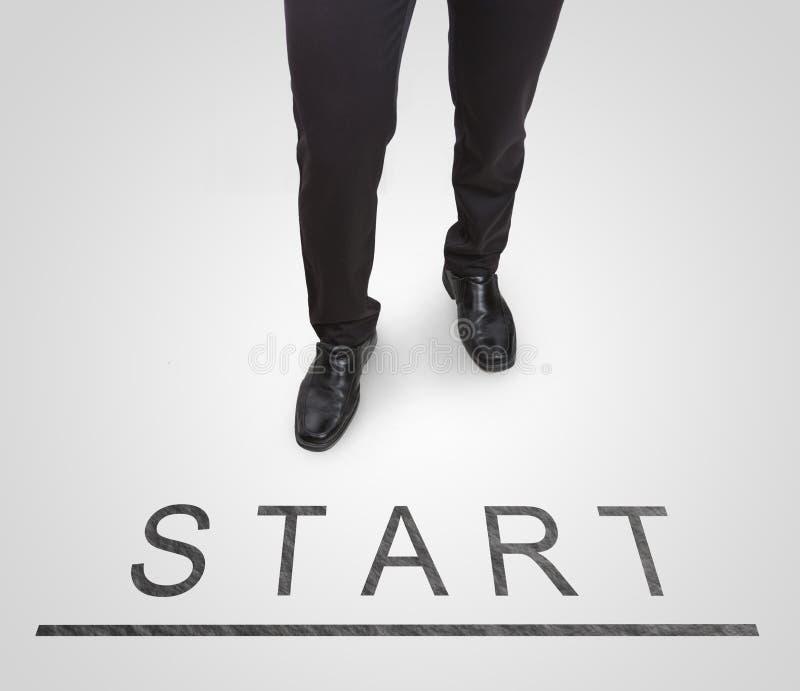 Los zapatos permanentes de la corte del hombre de negocios que llevan en comienzo (comience) alinean fotografía de archivo