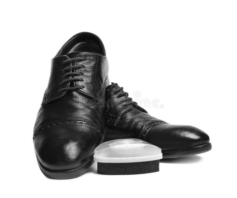 Los zapatos y la esponja de pulido de los hombres elegantes imagenes de archivo