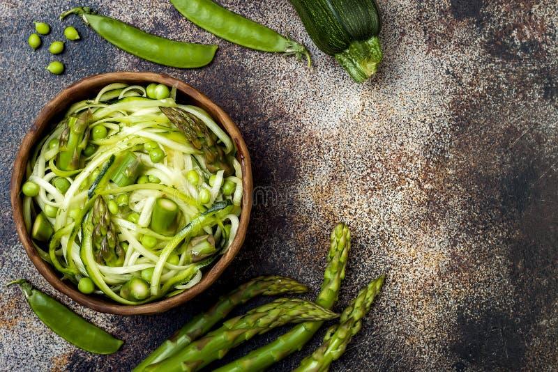 Los zoodles de los espaguetis o de los tallarines del calabacín ruedan con veggies verdes La visión superior, de arriba, copia el imagen de archivo