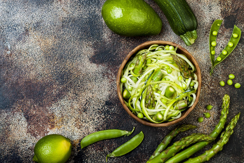 Los zoodles de los espaguetis o de los tallarines del calabacín ruedan con veggies verdes La visión superior, de arriba, copia el fotos de archivo libres de regalías