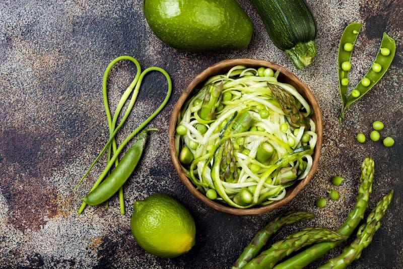 Los zoodles de los espaguetis o de los tallarines del calabacín ruedan con veggies y pesto verdes del scape del ajo Visión superi fotos de archivo libres de regalías