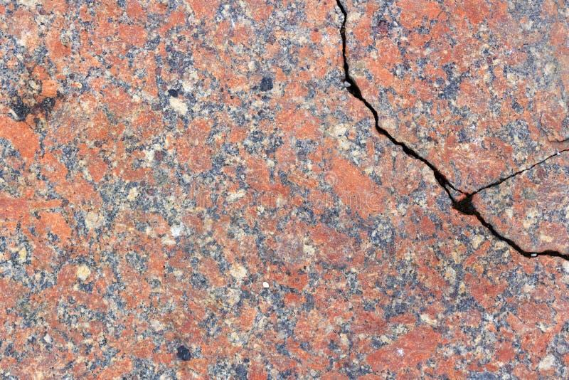 Losa roja del granito con un primer profundo de la grieta Textura de la piedra natural fotos de archivo libres de regalías