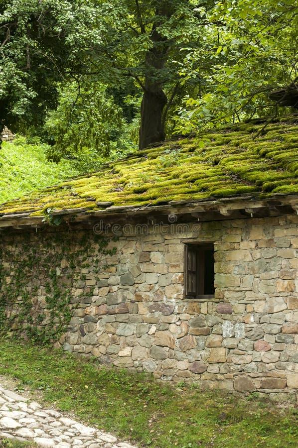 Losas de piedra del tejado de la casa con el musgo imagen de archivo imagen de outdoor primer - La casa en el tejado ...