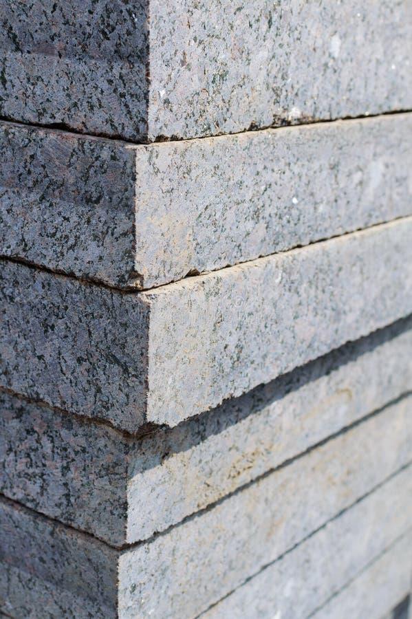 Losas o piedras cuadradas grises del pavimento del hormigón o del granito para el piso, la pared o la trayectoria apilados Fabric fotos de archivo libres de regalías