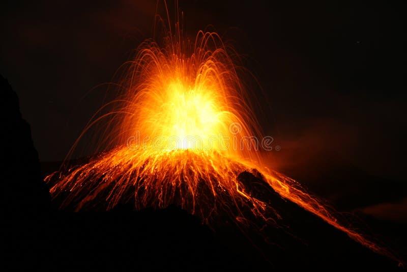 Losbarstende vulkaan met Strombolian-type uitbarsting royalty-vrije stock afbeelding