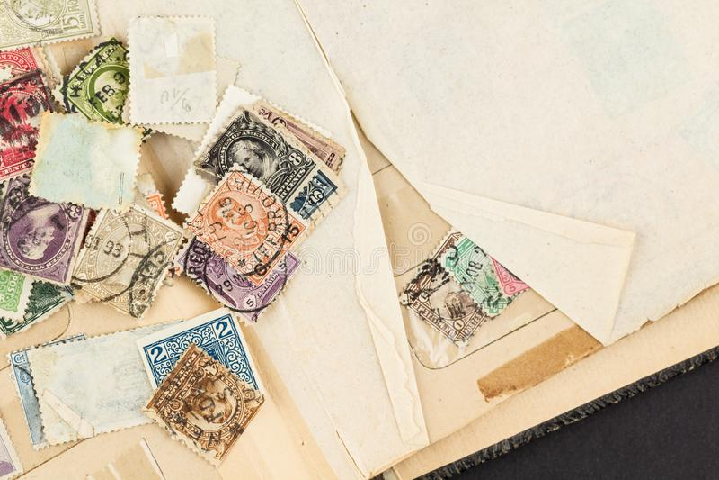 Lose Weinlese-Briefmarken auf Buch lizenzfreie stockfotos