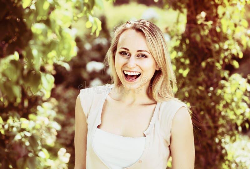 Loseup  Ñ положительной молодой женщины стоя outdoors стоковое фото